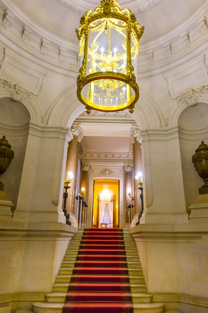 L'escalier d'honneur menant aux grands salons...