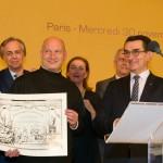 Le photographe lauréat présentant son Diplôme de Mérite et de Prestige National, avec les sénateurs Jean-Pierre Miquel et Jean-Marc Gabouty.